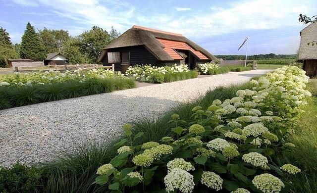 Une belle allée de jardin est la carte de visite de votre maison